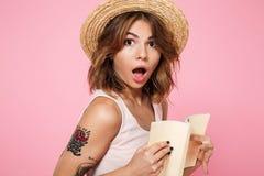 Ciérrese encima del retrato de una muchacha bonita sorprendida en sombrero del verano Foto de archivo