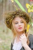 Ciérrese encima del retrato de una muchacha en un anillo popular de flores Foto de archivo libre de regalías