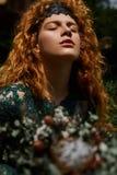 Ciérrese encima del retrato de una muchacha hermosa del pelirrojo que juega con el pelo Fotos de archivo libres de regalías