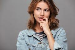 Ciérrese encima del retrato de una muchacha pensativa en camisa del dril de algodón Foto de archivo