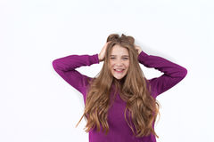 Ciérrese encima del retrato de una muchacha positiva, sonriente joven en ropa casual que esté tocando suavemente su pelo Señora n Imagen de archivo libre de regalías