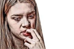 Ciérrese encima del retrato de una muchacha preocupante que muerde sus clavos Imágenes de archivo libres de regalías