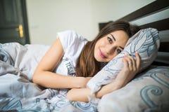 Ciérrese encima del retrato de una mujer bonita joven tranquila que duerme y que abraza la almohada en cama Fotos de archivo