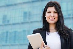 Ciérrese encima del retrato de una mujer del empresario con una tableta Imagenes de archivo