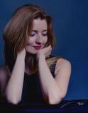 Ciérrese encima del retrato de una mujer hermosa Mujer que mira su reloj Imagen de archivo libre de regalías