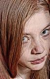 Ciérrese encima del retrato de una mujer joven hermosa que mira fijamente hacia arriba Imagen de archivo libre de regalías
