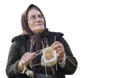 Ciérrese encima del retrato de una mujer mayor que hace punto el calcetín de lana cuando foto de archivo