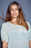 Ciérrese encima del retrato de una mujer morena de moda atractiva foto de archivo libre de regalías