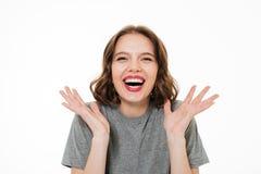 Ciérrese encima del retrato de una mujer sonriente emocionada Imagenes de archivo