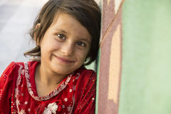 Ciérrese encima del retrato de una niña sola que vende el pequeño tejido Foto de archivo