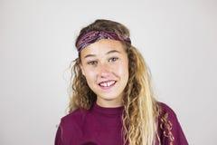 Ciérrese encima del retrato del adolescente bonito sonriente con el pelo rizado y Imágenes de archivo libres de regalías