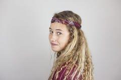 Ciérrese encima del retrato del adolescente bonito sonriente con el pelo rizado y Imagen de archivo libre de regalías