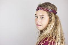Ciérrese encima del retrato del adolescente bonito sonriente con el pelo rizado y Foto de archivo libre de regalías