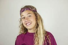Ciérrese encima del retrato del adolescente bonito sonriente con el pelo rizado y Fotografía de archivo libre de regalías