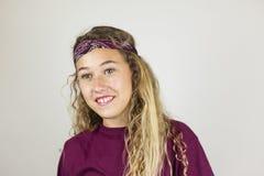 Ciérrese encima del retrato del adolescente bonito sonriente con el pelo rizado y Fotos de archivo libres de regalías