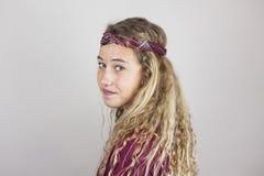 Ciérrese encima del retrato del adolescente bonito sonriente con el pelo rizado y Imagen de archivo