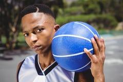 Ciérrese encima del retrato del adolescente masculino con baloncesto Fotos de archivo libres de regalías
