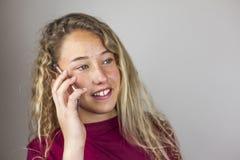Ciérrese encima del retrato del adolescente rubio que habla en el teléfono Foto de archivo libre de regalías