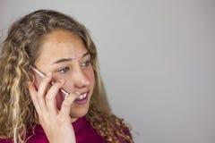 Ciérrese encima del retrato del adolescente rubio que habla en el teléfono Fotos de archivo