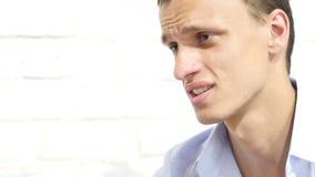 Ciérrese encima del retrato del bussinessman joven, encargado que habla con un empleado almacen de video