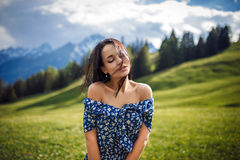 Ciérrese encima del retrato emocional de una muchacha en el top de montañas Foto de archivo