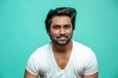 Ciérrese encima del retrato del fingimiento masculino indio astuto ese él está sonriendo fotos de archivo