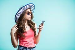 Ciérrese encima del retrato del mensaje de texto hermoso de la lectura de la mujer joven en el teléfono móvil Fotos de archivo