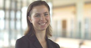 Ciérrese encima del retrato sonriente de la mujer de negocios corporativos de la carrera metrajes