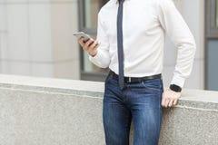 Ciérrese encima del teléfono elegante y del reloj elegante Concepto de las tecnologías Fotografía de archivo