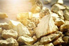 Ciérrese encima del terrón de la mina de oro fotografía de archivo libre de regalías