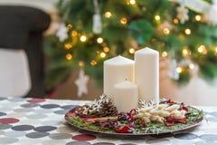 Ciérrese encima del tiro de Christmasen la placa con las velas y el cono del pino Fotos de archivo libres de regalías