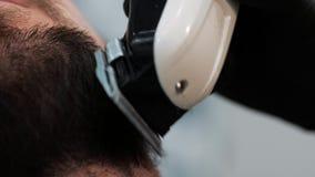 Ciérrese encima del tiro de cortar la barba con una maquinilla de afeitar almacen de video