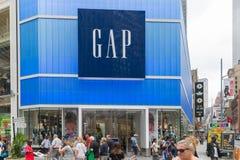 Ciérrese encima del tiro de GAP firman adentro Nueva York imagen de archivo libre de regalías