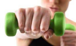 Ciérrese encima del tiro de la mano entrenando a la mujer con verde Fotografía de archivo libre de regalías