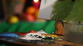 Ciérrese encima del tiro de la pintura de la mano del ` s del artista, que frota las pinturas de aceite con su finger, los soport almacen de metraje de vídeo