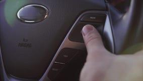 Ciérrese encima del tiro de las configuraciones cambiantes de la mano del ` s del hombre en el volante almacen de video
