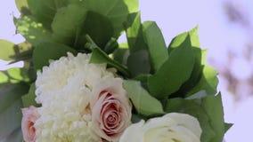 Ciérrese encima del tiro de las flores atadas a un cenador para una boda al aire libre Inclinación hasta el cielo almacen de metraje de vídeo