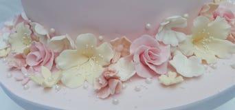 Ciérrese encima del tiro de las flores en colores pastel del azúcar de la fantasía en una torta foto de archivo libre de regalías
