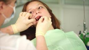 Ciérrese encima del tiro de las manos del ` s de la enfermera, que anestesia las gomas del adolescente almacen de video