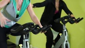 Ciérrese encima del tiro de las mujeres que se contratan a entrenamiento cardiio en el centro de aptitud almacen de metraje de vídeo