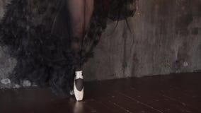 Ciérrese encima del tiro de las piernas elegantes del ` s de la bailarina, los pasos de la señora encima en el pointe almacen de metraje de vídeo