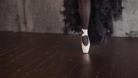 Ciérrese encima del tiro de las piernas elegantes del ` s de la bailarina, la señora se está colocando en sus calcetines almacen de video