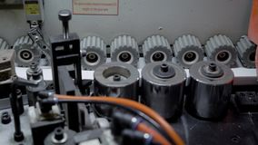 Ciérrese encima del tiro de los engranajes que giran en una precintadora de borde almacen de video