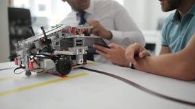 Ciérrese encima del tiro de los hombres que discuten el legado robótico en estudio