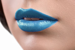 Ciérrese encima del tiro de los labios de un glo del lápiz labial o del labio de la mujer que lleva Fotografía de archivo