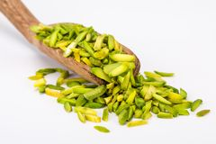 Ciérrese encima del tiro de rebanadas crudas grandes frescas secas de nueces de pistacho adentro imagen de archivo libre de regalías