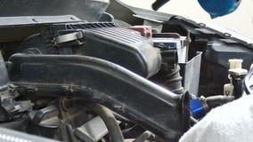Ciérrese encima del tiro mecánico usando la fuerza aérea eléctrica de los ventiladores que sopla al motor de coche para limpiar e metrajes