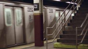 Ciérrese encima del tiro del metro de New York City que sale de la estación del metro almacen de metraje de vídeo