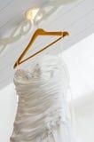 Ciérrese encima del vestido de boda blanco Imágenes de archivo libres de regalías