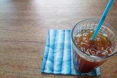 Ciérrese encima del vidrio del café de hielo negro en la tabla de madera en foco selectivo Fotografía de archivo libre de regalías